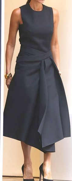 Style Fashion Tips Seriously gorgeous. This would be perfect for an October wedding.Style Fashion Tips Seriously gorgeous. This would be perfect for an October wedding. Fashion Mode, Look Fashion, Womens Fashion, Fashion Tips, Fashion Hacks, Dress Skirt, Dress Up, Navy Dress, Dress Black
