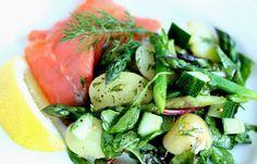 Salat med røget laks, kartofler og grønne asparges