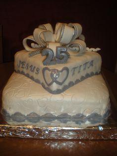 Tarta de dos pisos de crema de chocolate con leche, para celebrar unas Bodas de plata! Enhorabuena pareja y,,, a por las de Oro!!