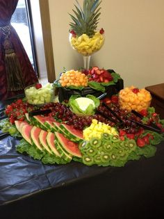 Tropical Fruit Salad Design In 2019 Fruit Dishes Palm . Mini Fruit Kabobs With Pineapple Top As Centerpiece Of . Frutas Creativas Para Buffet O Mesa De Postres Dale Detalles. Fruit Tables, Fruit Buffet, Fruit Trays, Fruit Dips, Veggie Display, Veggie Tray, Deco Fruit, Fruit Creations, Party Trays