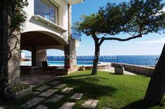 Exclusiva casa de 900 m2 construidos construida sobre las rocas en un entono inmejorable que permite que desde todas las estacias tengamos unas vistas espectaculares al mar.