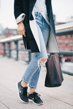 Street Style - Trainers & skinny jeans - featured in May 2014 issue of Vogue. Very european, very trendy. Fashion Moda, Look Fashion, Fashion Outfits, Fashion Trends, Nike Fashion, Street Fashion, Sporty Chic, Sporty Style, Nike Outfits
