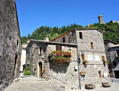 A visit that wasn't planned ended up being one of our favourite of the Tuscany tour. Read the post (link in bio) if you want to learn more about the local Robin Hood and the true attraction of the village 😊 Stone Houses, Pilgrim, Lonely Planet, Wonderful Places, The Locals, Tuscany, Tours, Mansions, Wanderlust Travel