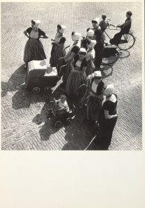 Postkaarten    Westkapelle 1939    Eva Besnyo    B1338    Nederlandse Klederdracht, Kleding, Landen, Zeeland, Postkaarten, Nostalgie, Mensen, Fotografie, Photography, Kinderen, Voertuigen, Historische foto's, Geboorte,