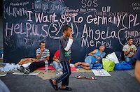 Budapest le 4 et 5 septembre 2015, en prenant le bus pour l'Autriche nous amenant sans un camp de réfugiés à Nickelsdorf à la frontière Austro Hongroise, avec des immigrés Afghans Zabihullah Sharifi 28 ans avec sa femme Bushre 24 ans et leur fille d'une année Behsa, dans des conditions extrêmement difficile au lever du jour sous la pluie les autorités autrichiennes les ont pris en charges avec 2000 migrant venant des pays du moyen orient, tous partis de la gare de Keleti de Budapest. ©… Bus, Afghans, Budapest, Things I Want, Germany, 28 Years Old, Middle East, In The Rain, Austria