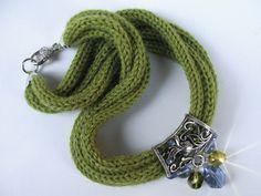Collana in lana di alpaca con cristalli sui toni del blu e verde acido   <3