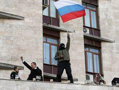 親ロシア派が2都市の行政庁舎を占拠、ウクライナ東部 国際ニュース:AFPBB News   ウクライナ東部ドネツク(Donetsk)で、政府庁舎に侵入し、ロシア国旗を掲げる親ロシア派の人々(2014年4月6日撮影)。(c)AFP/ALEXANDER KHUDOTEPLY