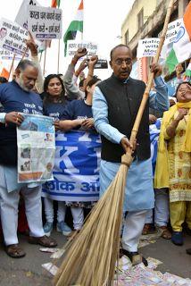 Latest Hindi News,Agra News in Hindi,Agra Samachar: पुराने नोटों पर खड़े केंद्रीय मंत्री विजय गोयल के  ...