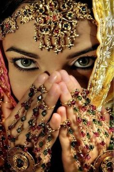 Most Beautiful Brides Of Pakistan Saris, Beautiful Eyes, Beautiful Bride, Beautiful People, Pretty Eyes, Beautiful Women, Steve Mccurry, Exotic Beauties, Indian Bridal