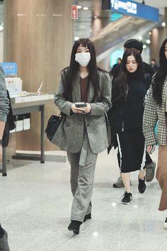 """seulgi's best airport outfits: a thread"" Kpop Fashion, Fashion Pants, Asian Fashion, Fashion Outfits, Airport Fashion, Airport Outfits, Curvy Fashion, Fall Fashion, Style Fashion"