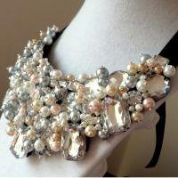 Spring Feel - Colier statement handmade, confecționat folosind multe perle și cristale multicolore de diferite forme, dimensiuni și culori. O alegere excelentă pentru o femeie încrezătoare! Comenzi pe www.boemo.ro