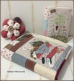 Mi aportación al patchwork y la costura creativa. La mejor terapia que he encontrado para evadirme, relajarme y divertirme. ¿Me acompañan? Notebook Covers, Journal Covers, Small Quilts, Mini Quilts, Quilting Projects, Sewing Projects, Quilted Potholders, Japanese Quilts, Stitch Book