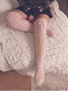 I have been working on these super soft and romantic overknee socks! The pattern will be released this weekend Crochet Shoes, Crochet Slippers, Crochet Clothes, Crochet Lace, Crochet Granny, Crochet Sock Pattern Free, Free Crochet, Free Pattern, Crochet Patterns