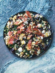 Mødt min nye yndlingssalat! En mægtig, mættende og über-lækker quinoasalat, profyldt medjenne gur sager,som min Oldemor ville have sagt. Salaten er af den slags, man sagtens kan serverer som et m…