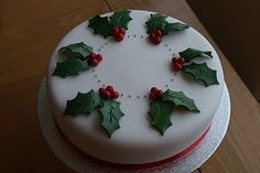 Christmas Cake Decorating Ideas With Fondant. Cake decorating is a great way to contact your own creative side and you. Christmas Cake Designs, Christmas Cake Decorations, Christmas Cupcakes, Holiday Cakes, Christmas Desserts, Christmas Treats, Xmas Cakes, Easy Christmas Cake Recipe, Homemade Christmas