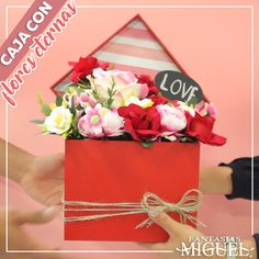 Candy Crafts, Diy Crafts For Gifts, Fun Crafts, How To Wrap Flowers, Diy Flowers, Paper Flowers, Candy Bouquet Diy, Flower Bouquet Diy, Diy For Kids