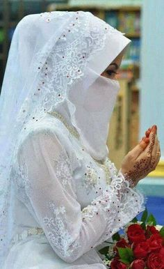 Learn Quran Academy is a platform where to Read Online Tafseer with Tajweed in USA. Best Online tutor are available for your kids to teach Quran on skype. Muslimah Wedding Dress, Muslim Wedding Dresses, Muslim Brides, Wedding Dresses For Girls, Arab Girls Hijab, Girl Hijab, Muslim Girls, Muslim Couples, Bridal Hijab