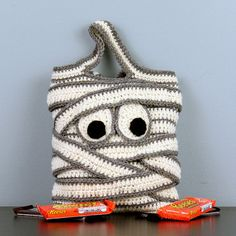 Mummy Halloween Trick-or-Treat Bag – Hand Crocheted by StitchedInADream on Etsy … Crochet Pour Halloween, Sac Halloween, Halloween Taschen, Halloween Crochet Patterns, Halloween Trick Or Treat, Crochet Fall, Holiday Crochet, Hand Crochet, Knit Crochet