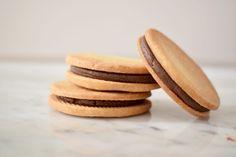 Heerlijk koekjes uit mijn jeugd. Met een simpel zanddeeg en romige chocolade ganache zijn deze chocolade zanddeeg koekjes een heerlijk en snel recept!