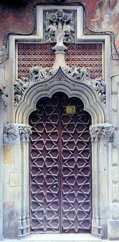 Barcelona: stars on the door.  Estrellas en la puerta en Barna.  Porta con le stele a Barcellona