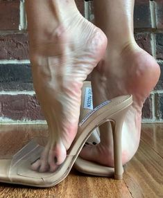 Sexy Legs And Heels, Sexy High Heels, High Heels Stilettos, Beautiful Toes, Pretty Toes, Feet Gallery, Barefoot Girls, Stiletto Shoes, Female Feet