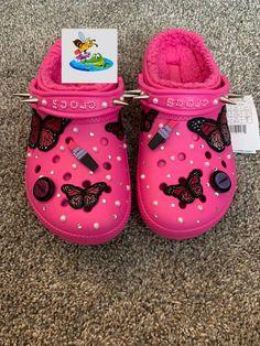 Crocs Slippers, Cute Slippers, Crocs Shoes, Cool Crocs, Designer Crocs, Crocs Fashion, Swag Shoes, Jordan Shoes Girls, Crocs Classic