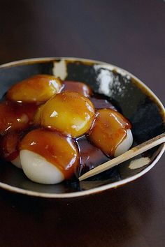 みたらしだんご Mochi dumpling covered with sweet soy sauce glaze. It is characterized by its glassy glaze and burnt fragrance.