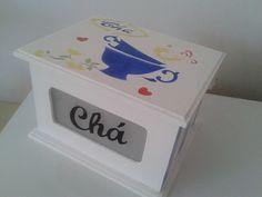 Lindíssima caixa de chá com vidro jateado. <br>Técnica em stencil. <br>Pode ser levada à mesa como peça decorativa.