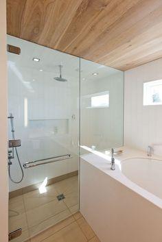 Naramata Home / Vacation Home Design with Classic Interior Ideas - Hupehome Bathroom Interior, Modern Bathroom, Bathroom Black, Shower Bathroom, Vanity Bathroom, Shower Floor, Glass Shower, Beautiful Small Bathrooms, Concept Home