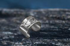 Ezüst gyűrű, íj díszítéssel.Szilas Judit, ötvös. Egyedi ékszerkészítés. Mail.: szilasjudit@gmail.com , www.szilasjudit.hu