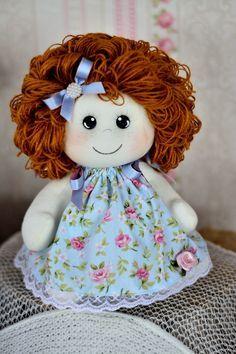 Bonequinha bebê, confeccionada em malha e tecidos de 100% algodão. Enchimento em fibra siliconada e cabelos de lã.    Cores a sua escolha, mande-me um email ;) Doll Clothes Patterns, Doll Patterns, Homemade Dolls, Baby Boy Scrapbook, Ann Doll, Doll Hair, Felt Diy, Soft Dolls, Doll Crafts