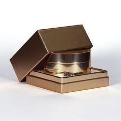 Regálate (o anima a que te regalen) una crema-lujo como Ydyllic de Sensilis. ¡Tú te lo mereces! Daily Beauty Routine, Beauty Routines, Anti Aging Cream, Sunscreen, Pills, Collagen, Decorative Boxes, Packaging, Cosmetics