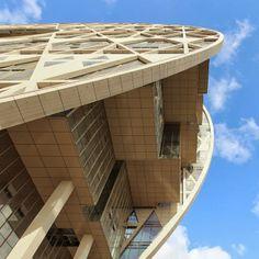 Guangzhou Círculo Mansion é um edifício icónico localizado na margem Norte do Rio de Pérolas, em Guangzhou, na China. Da autoria do Arquitecto italiano Joseph di Pasquale, diferencia-se pela sua forma circular, que lembra os discos de jade.