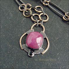 Ожерелье с корундом - розовым сапфиром и турмалином тёмно-зелёного цвета.