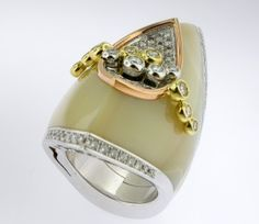 RING SHELL: white and yellow gold, 75 diamonds 1,68 ct. and mother-of-pearl 16OS0001