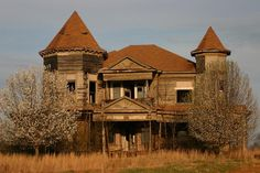 in Yatesville, GA, a once proud beauty! Hate to see old homes like this lost.....