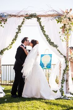 Picking the Best Ketubah for your Jewish Wedding - Check out the new Guide by @ketubahdotcom (Photo by Lin & Jirsa Photography featuring The Glowing Love Ketubah)