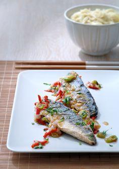 Oosterse gebakken makreel, simpel en snel klaar. Je kunt in plaats van makreel ook zalm nemen. Het moet een beetje vette vis zijn om op te kunnen boksen tegen de sterke smaken van de pittige saus. Fish Friday, Sea Recipe, Fish Dishes, Fish And Seafood, Recipes, Recipies, Ripped Recipes, Cooking Recipes