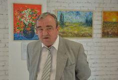 Rozprávač príbehu z augusta´68 maliar Ing. Vladimír Kuruc pred svojimi obrazmi