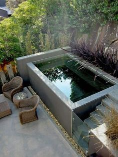 Piscine dans un petit jardin : idées et inspirations I love the idea of a plunge pool for small spaces… but if I had a garden that could accommodate it, I really love swimming and a natural pool is where it's at.