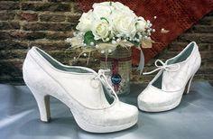 Zapatos en tela, y tienen un tono blanco roto.  Una novia, nos trajo tela porque quería los zapatos iguales que el vestido.