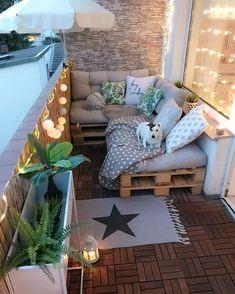 Mysig balkong med mjuka soffor och ljusslingor där man kan sitta och mysa #balkong #balcony #balkonginspiration