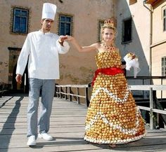 How much do you love sweets? Well, the wife of Ukranian pastry chef Valentyn Shtefano loved cream puffs enough to wear 1500 of them in a 20 pound cream puff dress! Funny Wedding Dresses, Weird Wedding Dress, Unusual Wedding Dresses, Funny Dresses, Wedding Dress Gallery, Wedding Gowns, Wedding Cakes, Wedding Reception, Dessert Wedding