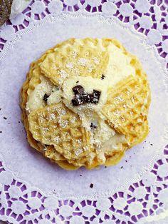 Insolito millefoglie di waffle e al cocco http://ibiscottidellazia.blogspot.it/2014/12/insolito-millefoglie-di-waffel-al-cocco.html