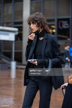 Curly Hair Cuts, Curly Hair Styles, Fashion Identity, Shot Hair Styles, Androgynous Fashion, Dark Fashion, Stylish Girl, London Fashion, Street Style