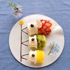BEnto de frutas com a flâmula em formato de peixe: koinobori.