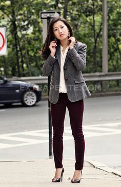 Skinny Jeans or leggings look quite well on small frames when worn with a casual or formal blazer to top. Remember being petite is not a limitation. Although be careful to not over accessorize rather keep it neat and clean.
