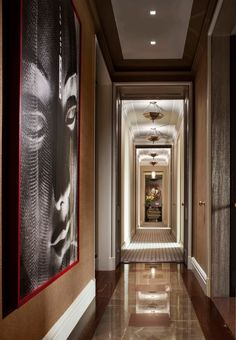 Awesome-hall-way-interior-design-equipped-wall-mural-and-brown-tile-flooring-plus-ceiling-light-ideas-of-Luxurious-apartment-in-New-York-USA.jpg (686×990)