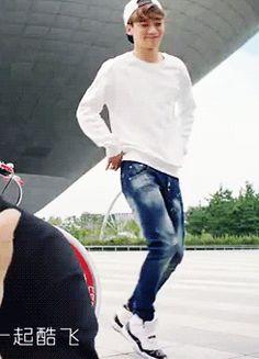 The dansheen masheen Chen Chen cannot be stopped feat. Baekhyun's hand Exo Chanyeol, Kyungsoo, Xiuchen, Kim Jongdae, Exo Members, Chanbaek, Lady And Gentlemen, Korean Singer, Waiting For Baby