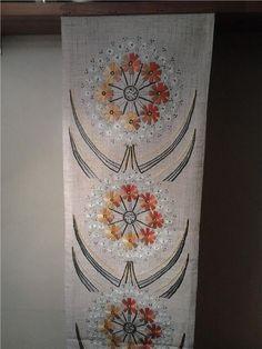En otroligt vacker handbroderad bonad väggbonad linneduk linne duk på